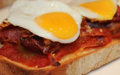 "Hoy en La Cocina de Gibello, por gentileza de David, ""Tosta de pisto extremeño, jamón, queso roncal y huevo de codorniz"""
